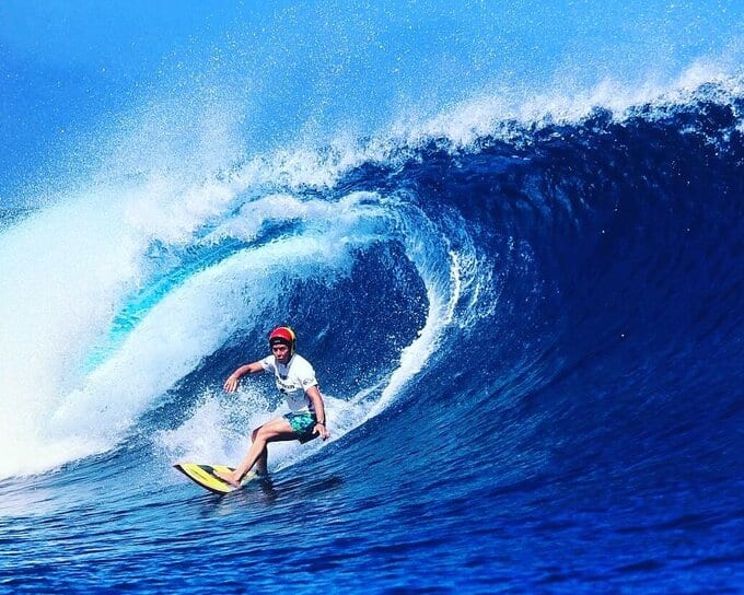 Pauline Menczer surfing
